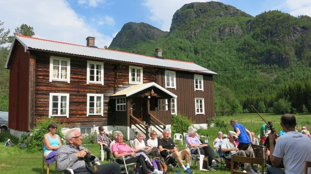 Fint og triveleg i tunet på Myrvang i dag. 44 stavgangarar kosa seg i sola. Foto:D.J.H