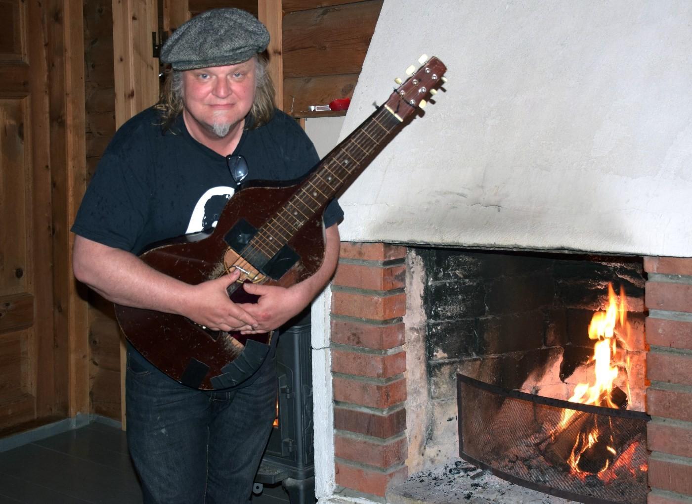 Klar med gitaren!  Knut reiersrud held konsert på Todalshytta laurdag kveld.  Foto: Jon Olav Ørsal