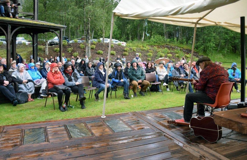 Knut reiersrud imponerte eit lydhørt publikum under konserten på Todalshytta.  Foto: Driva/Jon Olav Ørsal