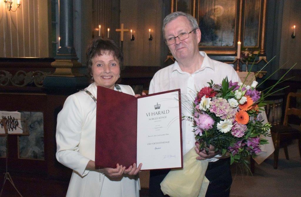 Det var ordførar Lilly Gunn Nyheim som var konens sendebud med fortenestemedalje til Bernt Bøe.  Foto: Jon Olav Ørsal