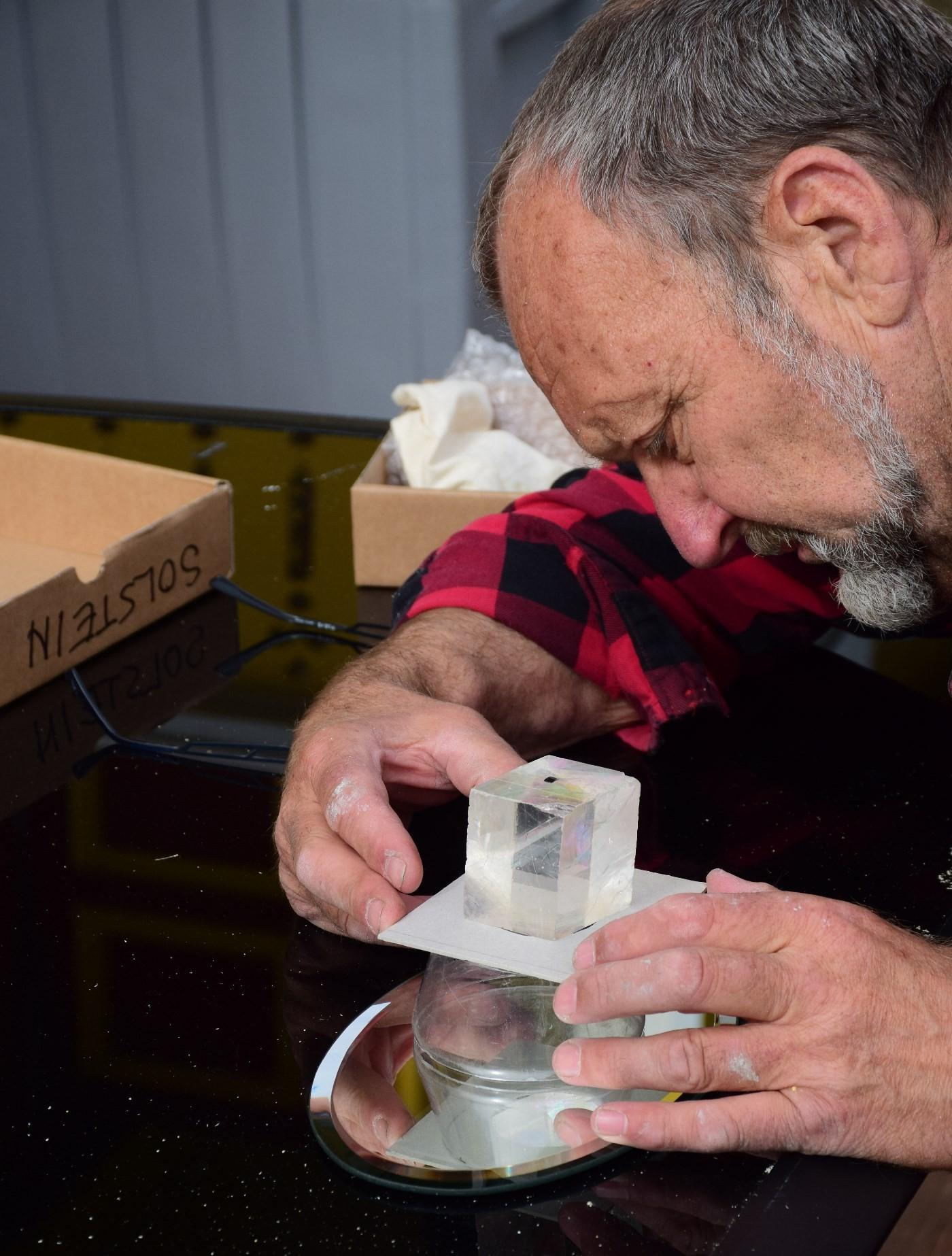 Einar Oterholm jaktar på tusenårig kunnskap om solstein og navigasjon.  Foto: E.O.