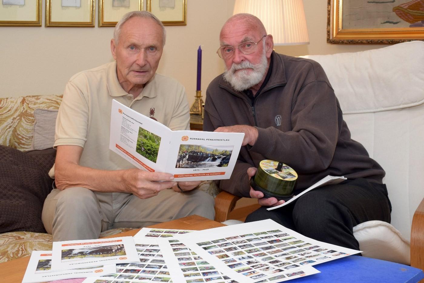 Vidar Sogge og Sjur Fedje har vore sentrale personar i arbeidet med jubileumsheftet til Surnadal pensjonistlag.  foto: Jon Olav Ørsal