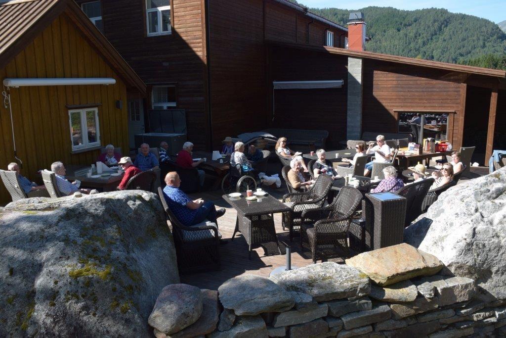 Rehab på utflukt - kosa seg på terrassen på gammelfabrikken.  Foto: Jon Olav Ørsal