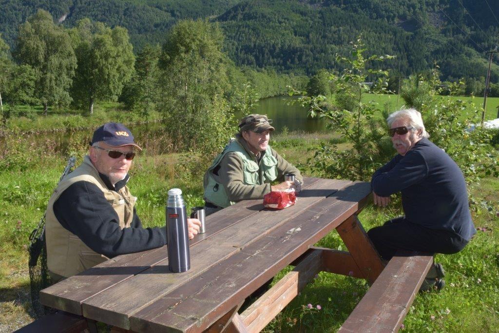Frank Lund, Jan gulliksen og Tom heramb kosa seg med føremiddagskaffen ved Halsabrua.  Foto: Jon Olav Ørsal