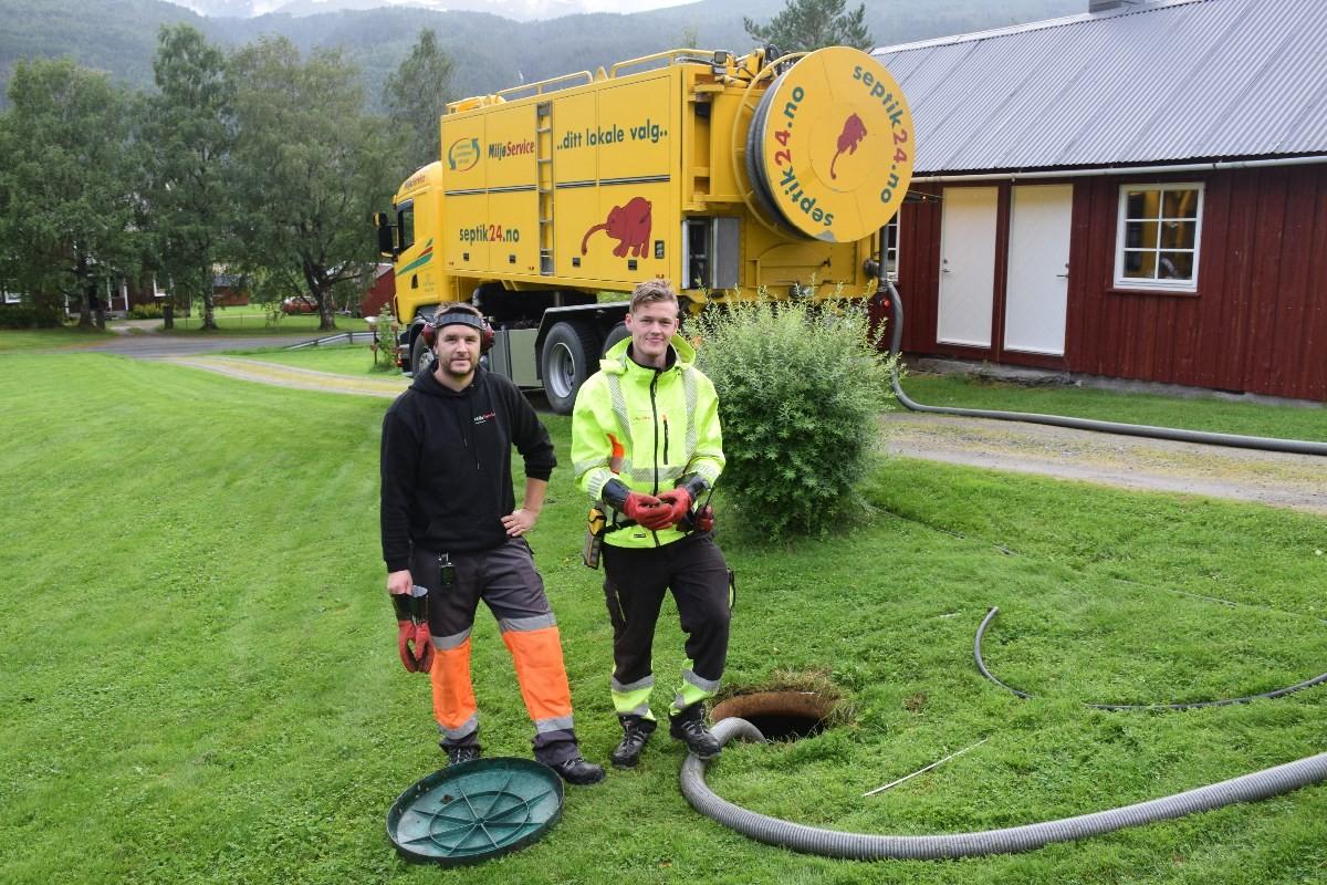 Robin Sørland og Simon Osvold Sunde tømmer septiktankane i Todalen.  Foto: Jon Olav Ørsal