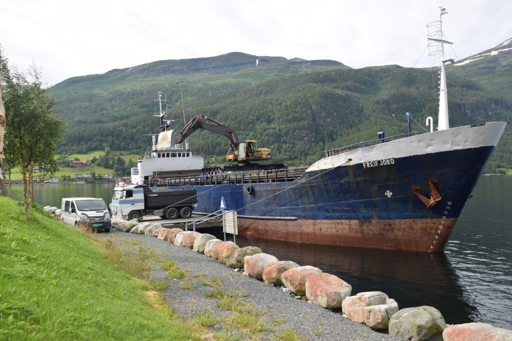 MS freifjord lossa grus på hamna fredag føremiddag.  Foto: Jon Olav Ørsal