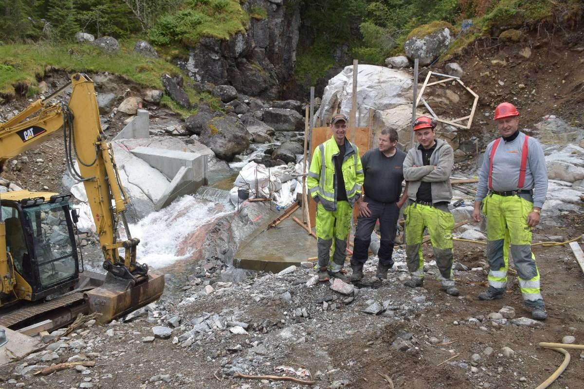 Her blir det dam, eit stykke nedafor rossåfossen.  Foto: Jon Olav Ørsal