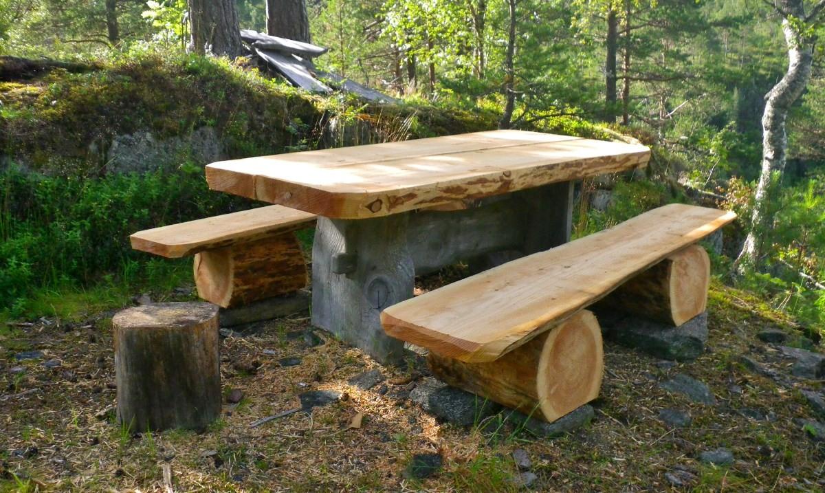 Det nye bordet på Bakgreistaden er kome på plass.  Foto: Jon Bruset