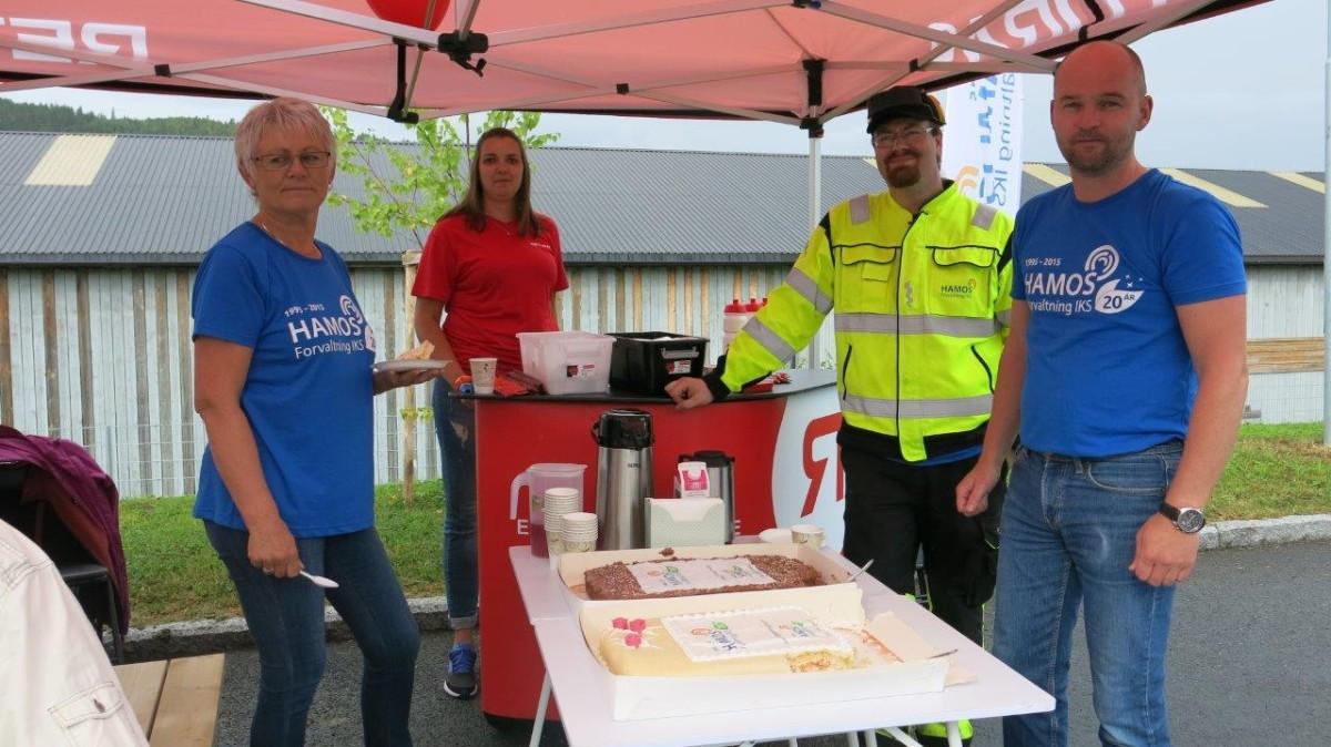 Torsdag var det jubileum og kakeservering påmiljøstasjonen i Surnadal. Frå venstre Ann Jorunn Gangnes, Åse Kjøren, Vegard Holten og Torbjørn Evjen.