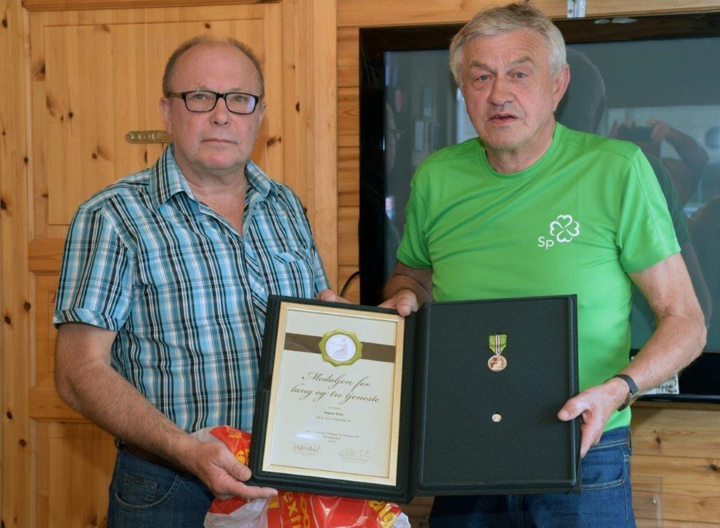 Terje Nordvik og Ragnar Halle.  Ragnar fikk Norges vels medalje for lang og tru teneste. Foto: Jon Olav Ørsal
