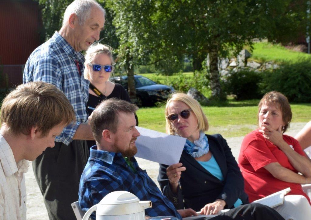 Her kan du sjå statistikken med tapstala, seier Gudmund Kvendset til Anniken Huitfeldt da ho besøkte Viastua tysdag,  Foto: Jon Olav Ørsal