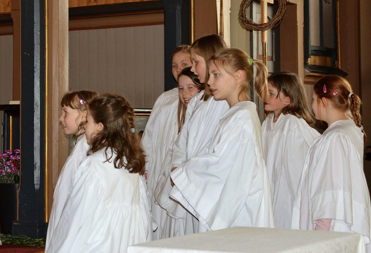 Jentekoret skaper også liv i kyrkja – som her under «Påskevandring» i vår.
