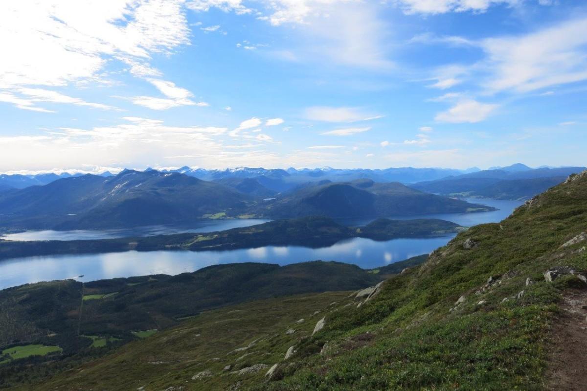 Utsikt frå Strengen mot Neslandet og Nesøya. Utruleg mykje fjell å sjå. Foto: D.J.H.