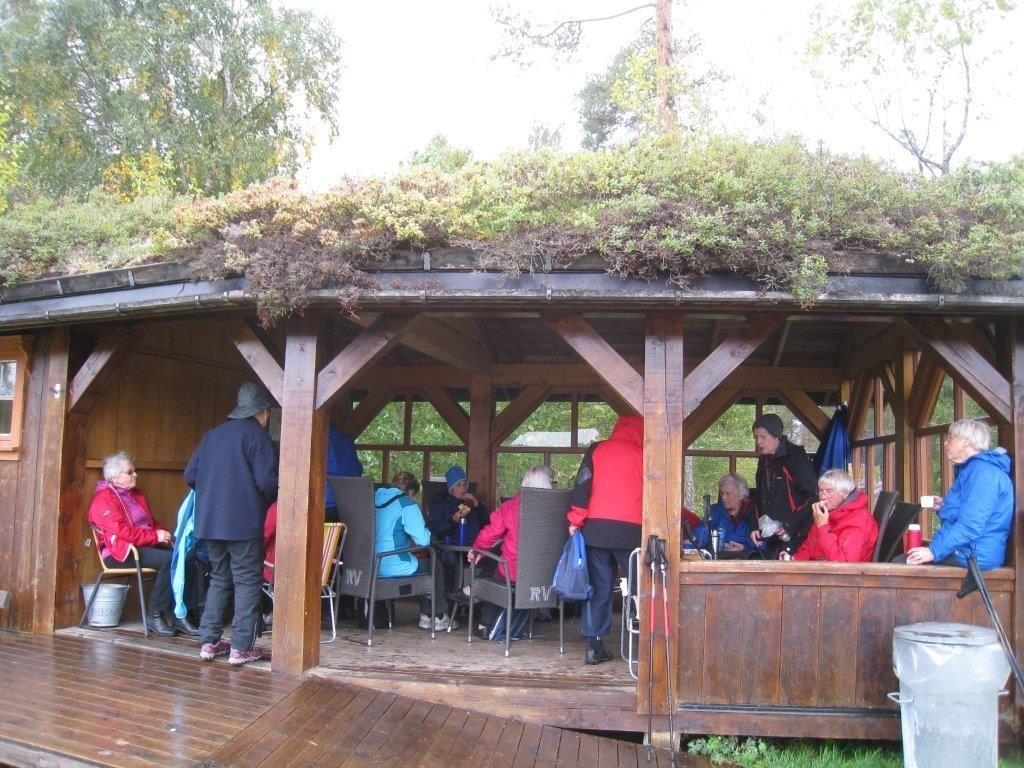 Kaffepause vart under tak i regnvëret.  Foto: Sigrun Ørsal