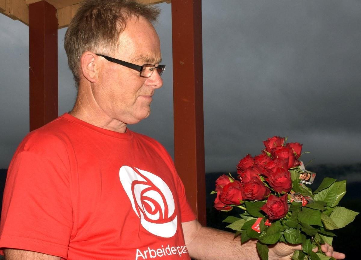 Jon Bruset delte ut roser i kveld.  Foto: Jon Olav Ørsal