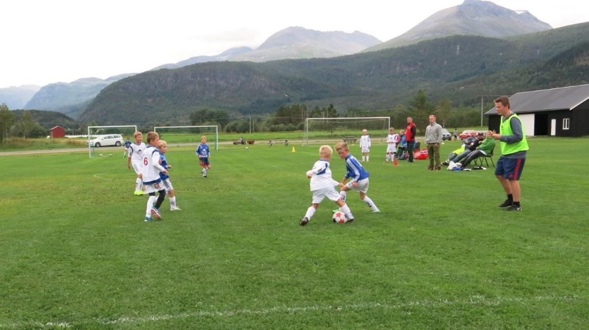 Spennande fotballkamp på Bordholmen, G10 Surnadal 4 møtte G 10 SøyaI/Todalen. Foto: D.J.H