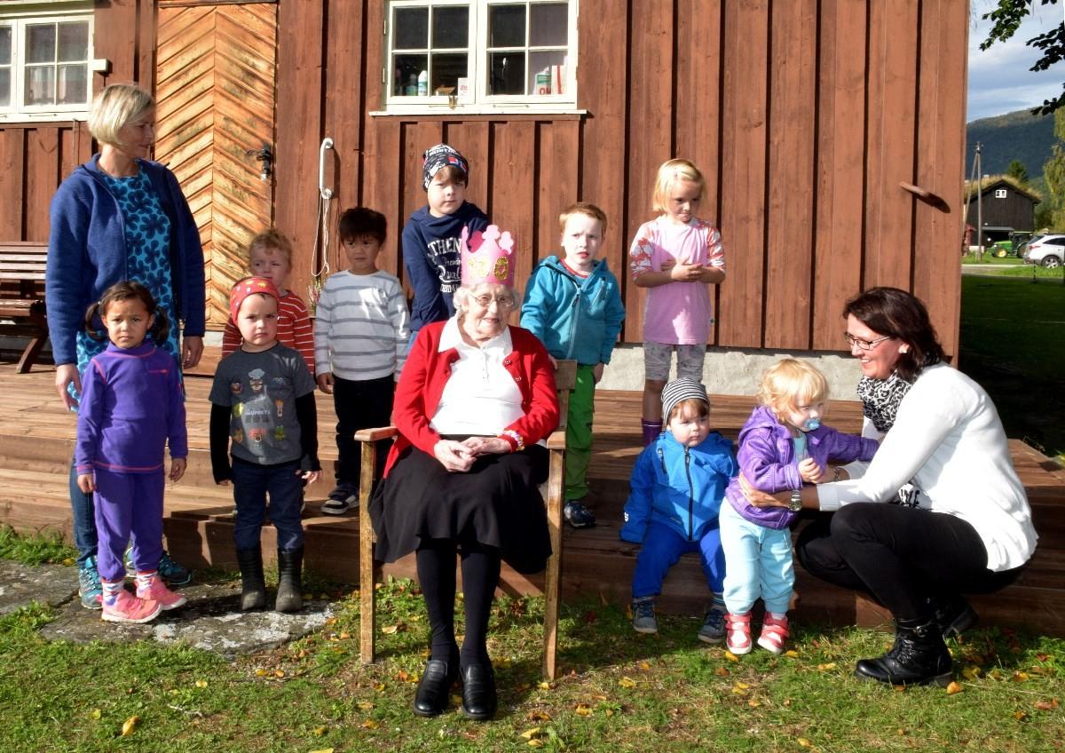 Barnehagen i Todalen gjorde stas på 100-årsjubilanten.  Foto: Driva/Jon Olav Ørsal