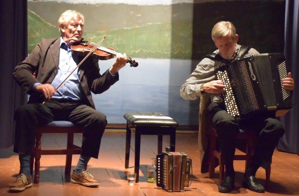 Sven Nyhus og Jon Faukstad på scena i Todalen ungdomshus.  Foto. Driva/Jon Olav Ørsal