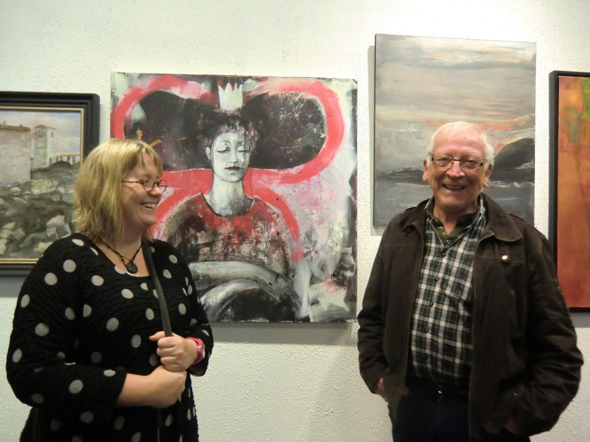Sissel Halset Storslett har to og Reidar Østvik har eit bilde på utstillinga. Her framfor eit av bilda til Sissel. Foto:SHS