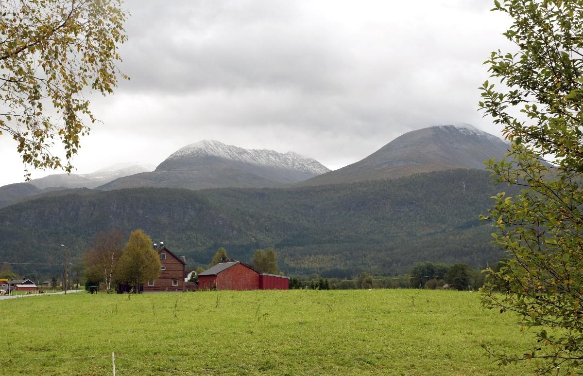 Nysnø i snøfjellet og skjerdingfjellet laurdag morgon.  Foto: Jon Olav Ørsal