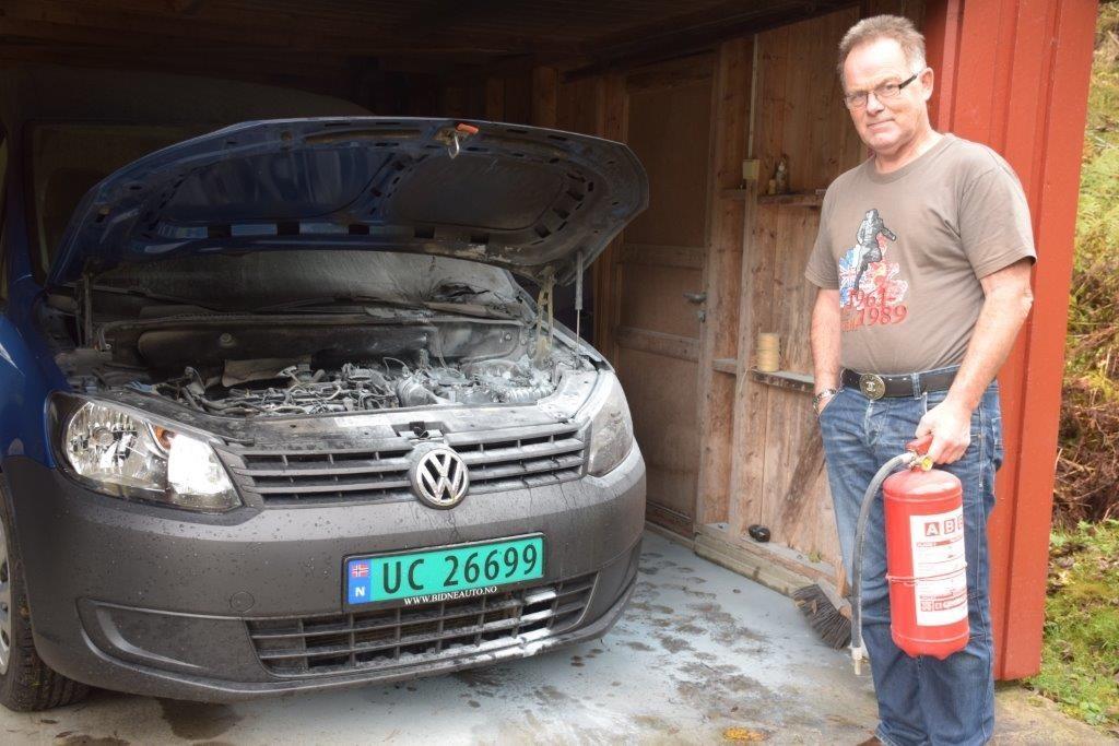 Jon Bruset var raskt på pletten med pulverapparatet da det tok fyr i motorrommet på bilen.  Foto. Jon Olav Ørsal