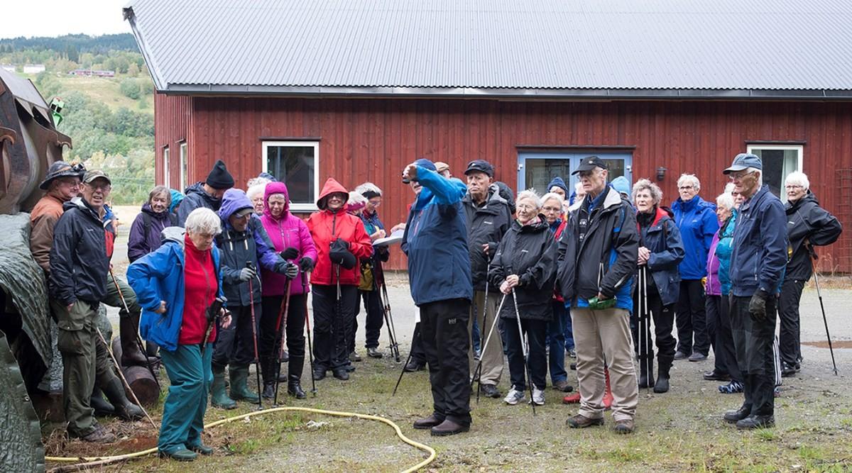 Stavganggruppa får orientering med Olav Jostein Holten om tyskerbukersane og bruken av dei under 2. verdskrig.  Foto: Reidar Østvik
