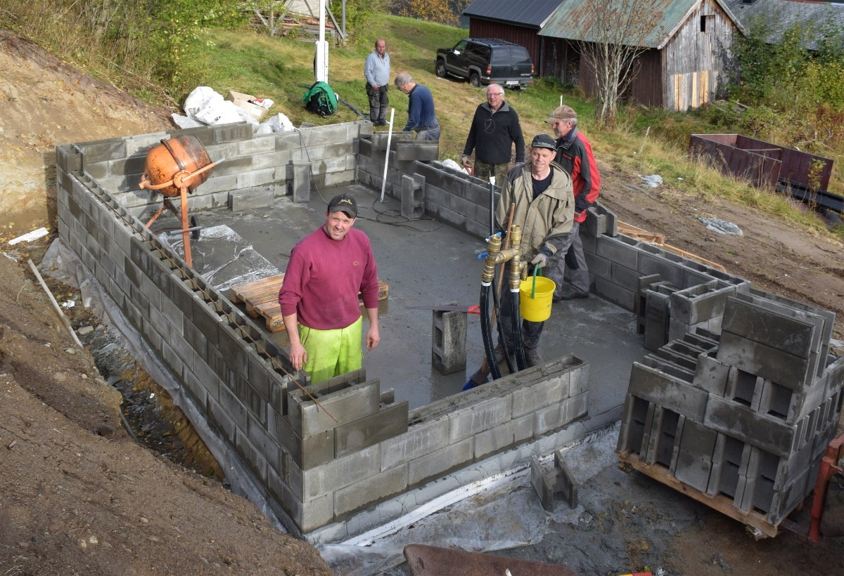 Her blir det hus for filtrering og gjennomlysing av vatnet. Arbeidet skjer på dugnad.  Foto. Jon Olav Ørsal