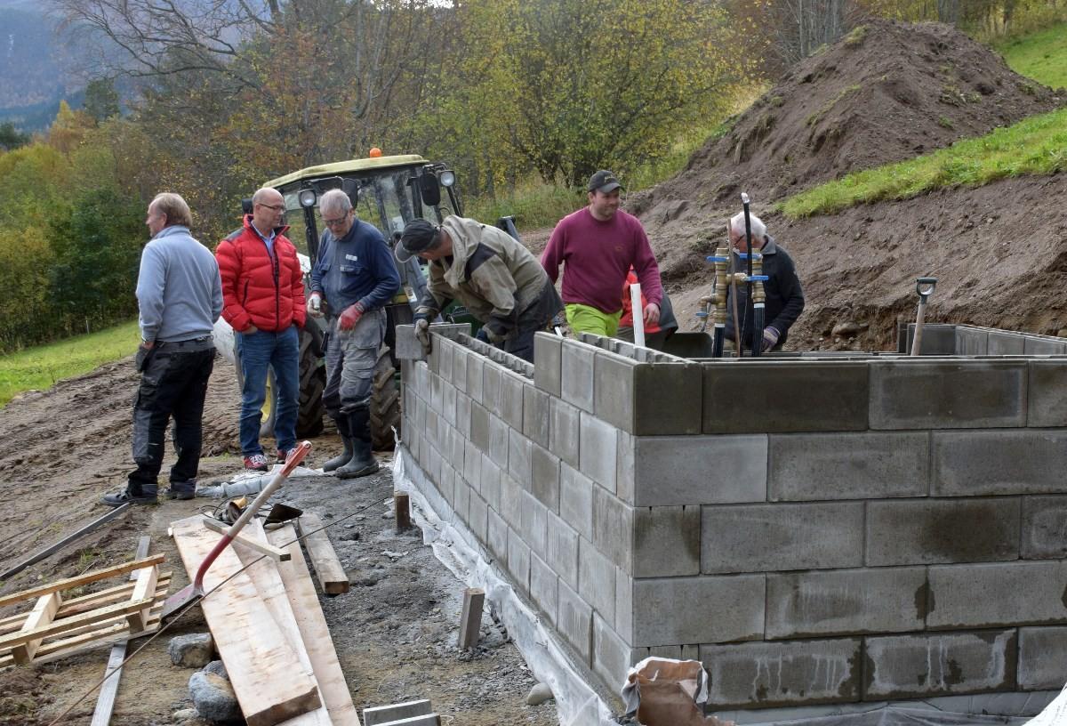 Huset blir sett opp av murblokker som blir fyllt med sement. Her skal alt utstyret monterast.  Foto: Jon Olav Ørsal