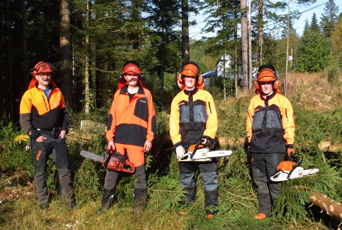 Trygg bruk av motorsag er viktig å kunne. Skogbrukssjef Tore Gjul til venstre er ein av instruktørane, her saman med John Nordvik og olav og Audun With Aasgård.   Foto:Driva/Jon Olav Ørsal