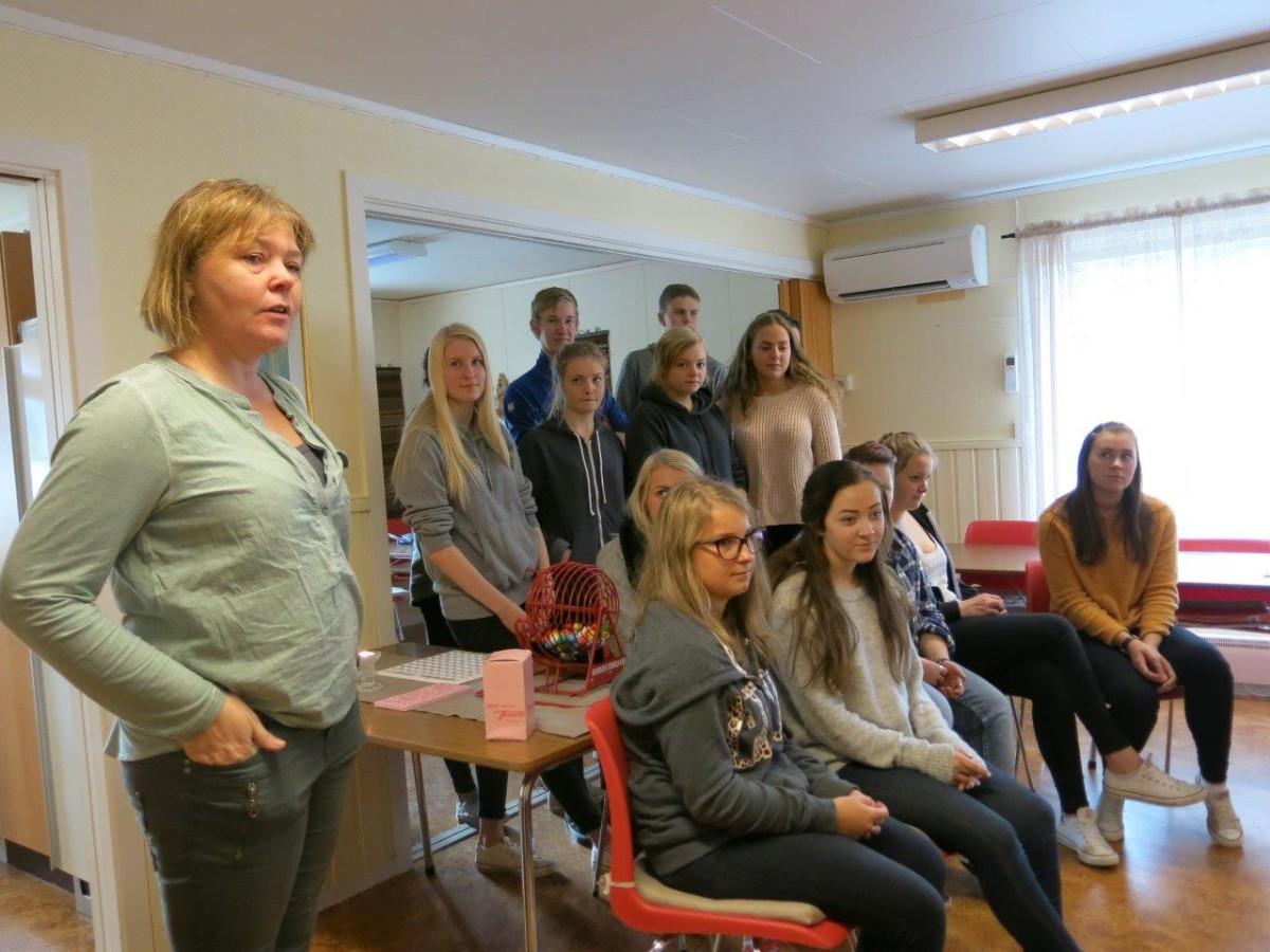 Ingeborg Myrvang ,lærar ved hesle- og oppvekstlina, ønsker alle velkomne til formiddagskaffe. Foto: D.J.H.
