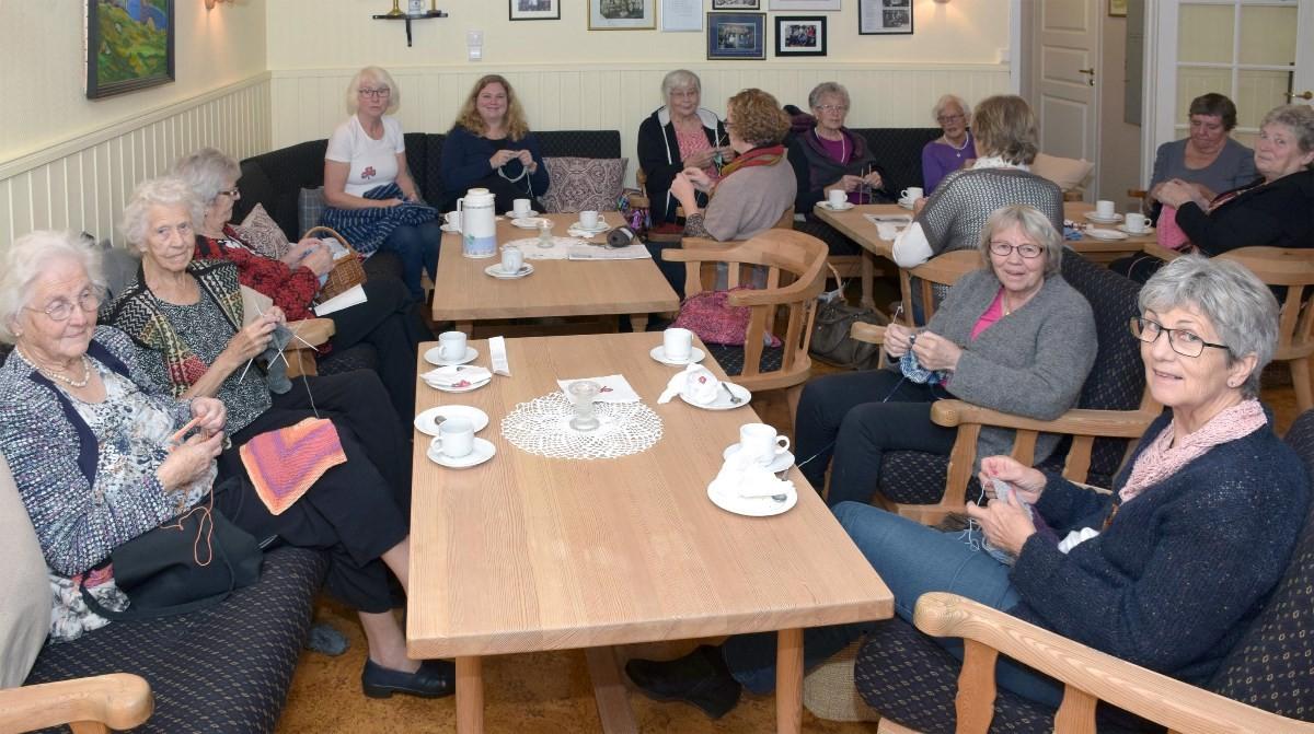Saniteten arrangerte strikkekaffe laurdag ettermiddag.  Foto: Jon Olav Ørsal