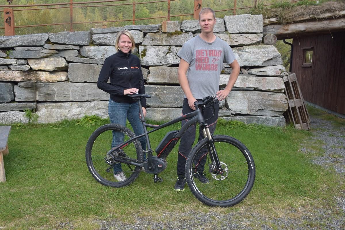 Kom på demodag for el-sykkel seier Laila Kvendset Bergli og Rickard Larsson ved Kårvatn Fjellustyr.