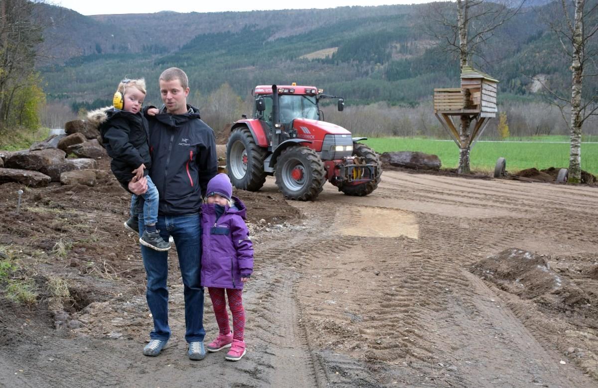 Anders og borna Selma og Ådne - no gler vi oss til å kome i gang med bygginga.   Foto: Jon Olav Ørsal