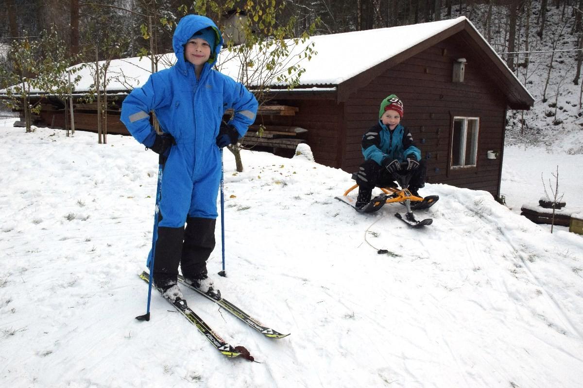 Hallvard og Tor Asbjørn prøvar skiføret i Brusetmarka søndag føremiddag.  Foto: Jon Olav Ørsal