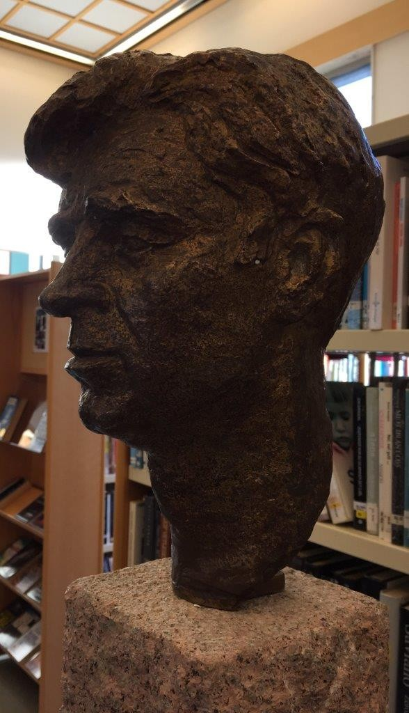 Bysta av Hans Kristansen som no skal få heidersplass i biblioteket i Kristiansund. Foto: Dordi J.H.