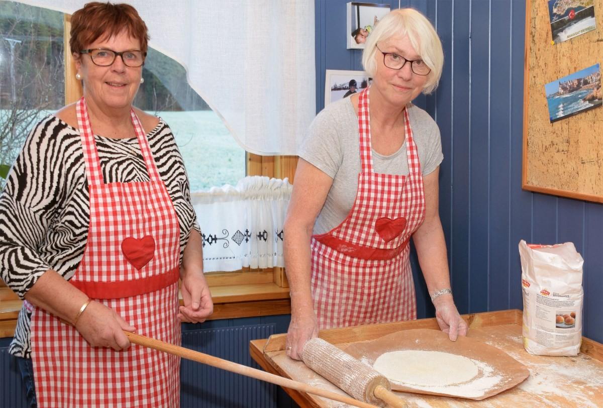 Vi må ha litt meir mjøl, sa Kari og Åse var enig...  Foto: Jon Olav Ørsal