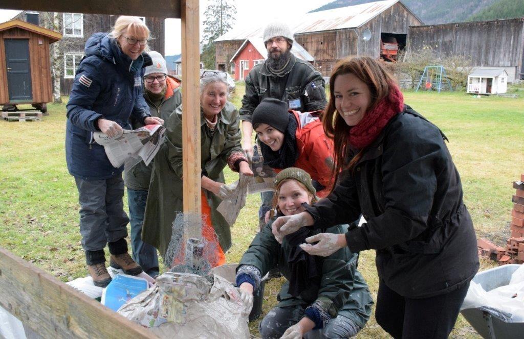 Heile gjengen samla rundt papiromnen som her er under bygging.  foto: Jon Olav Ørsal