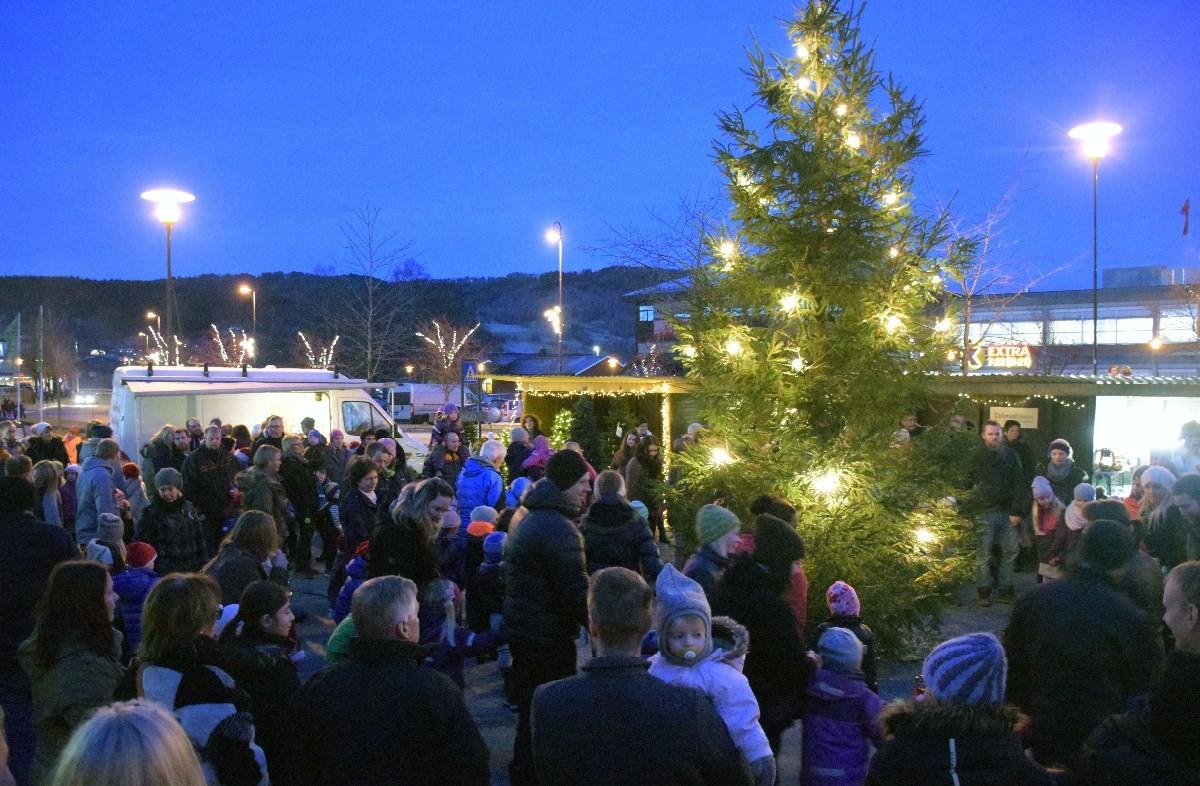 Det var fullt av folk på torgplassen på skei da julegrana vart tent.  Foto: Jon Olav Ørsal