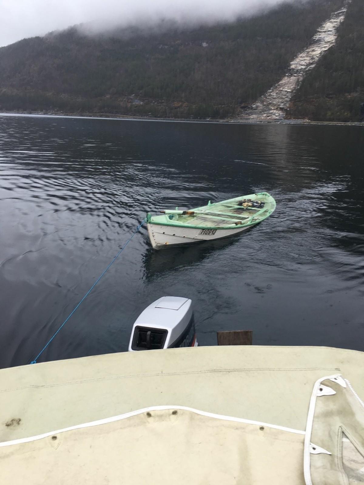 Eigarlaus båt på fjorden