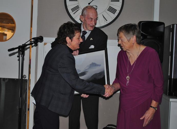 Ordførar Lilly Gunn Nyheim deler ut prisen under året juleavslutning for pensjonistlaget. Foto: Trollheimsporten