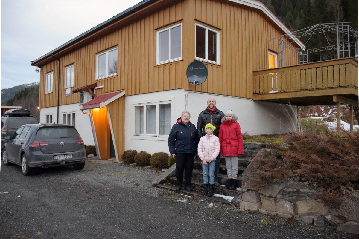 Selgar og kjøpar - Jorunn Ness og Torbjørn Kvande saman med døtrene Enya og Kaja Kvande.  Foto: Jon Olav Ørsal