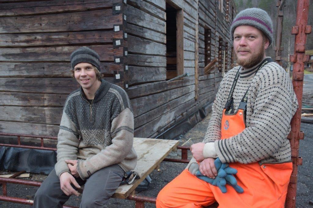Robert ulfsnes og Rolf Lervik frå byggefirmaet som har stått for flyttinga.  Foto: Jon Olav Ørsal