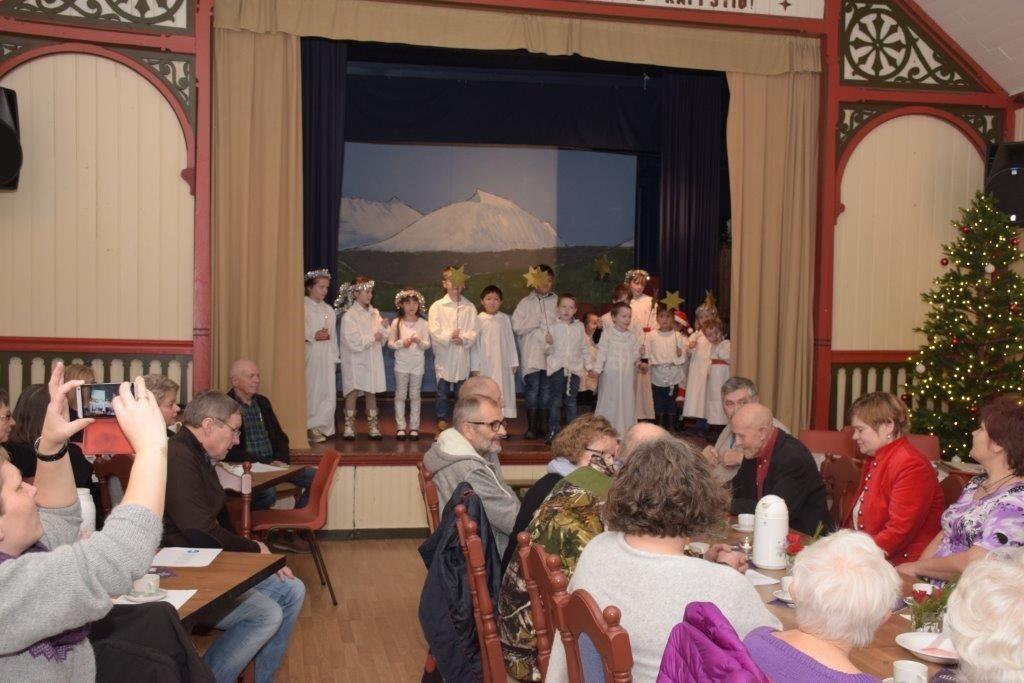 Dei eldste i barnehagen og nokre av elevane i skulen laga eit flott Lucia-tog og song Luciasongen saman med publikum.  Foto: Driva/Jon Olav Ørsal