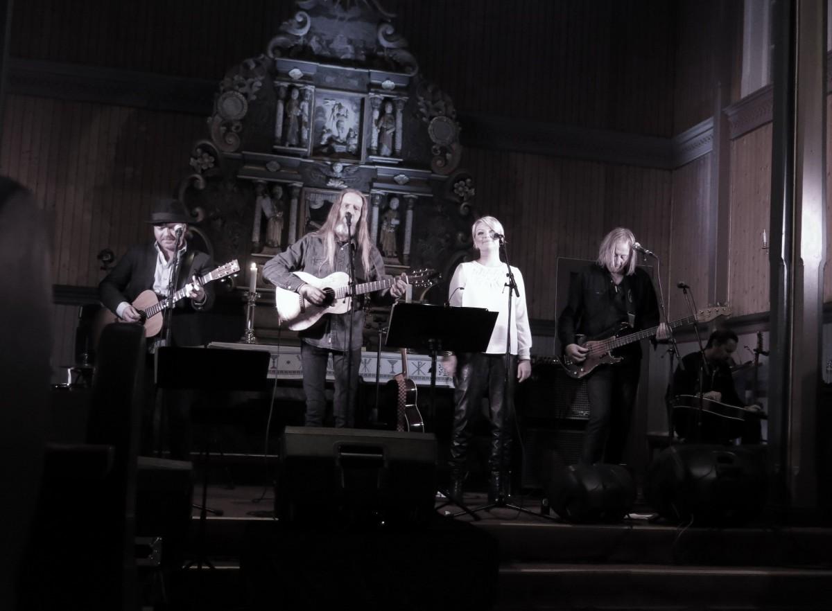 Elg med band - Eivind Gjelberg (skjult), Trond Helge Johansen, Øyvind Elgenes, Inger Lise Bøe Bævre, Kyrre Sætran og Inge Bævre. Foto: Dordi J.H.