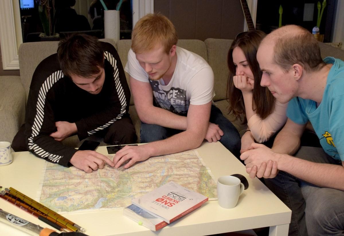 Viktig å planlegge på kartet før ein drar til fjells - fra venstre Jøran Stenberg, Svein Håvard Brøndbo, Astrid L. Kvendset og Jan Vidar Øyen.   Foto: Jon Olav Ørsal