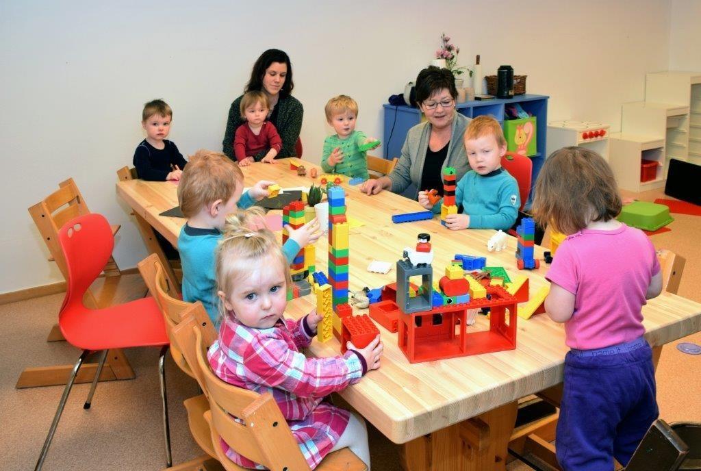 Ein aktiv gjeng rundt bordet i Stangvik barnehage - no blir det plass til fleire.    Foto: Jon Olav Ørsal
