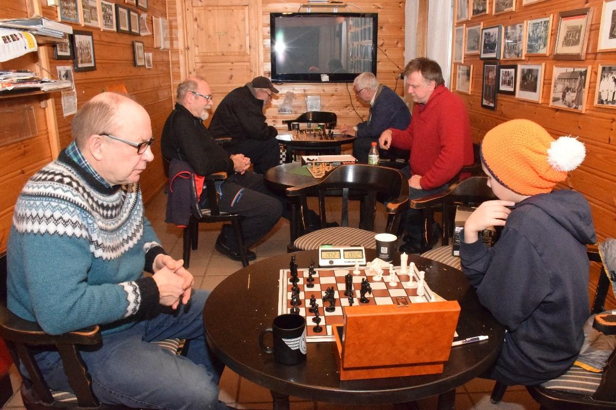 Sjakkturneringa er i gang. Nærast Terje Nordvik og Eivind Bolme, så Trygve Halle og Bernt Venås, samt Nils Øyen og Anders Talgø.  Foto: Jon Olav Ørsal