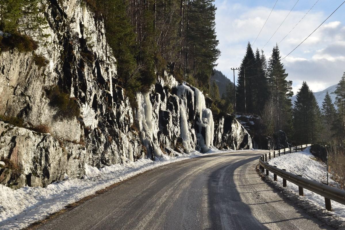 Her kan det være is når du kjem rundt svingen... Foto: Jon Olav Ørsal
