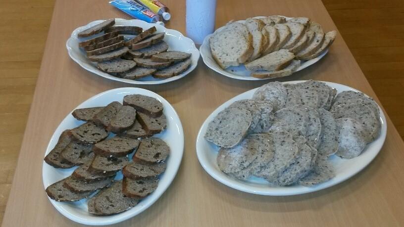 Heimebaka brød og steikt i steinomn, eksklusivt. Foto: Torill Gjeldnes.