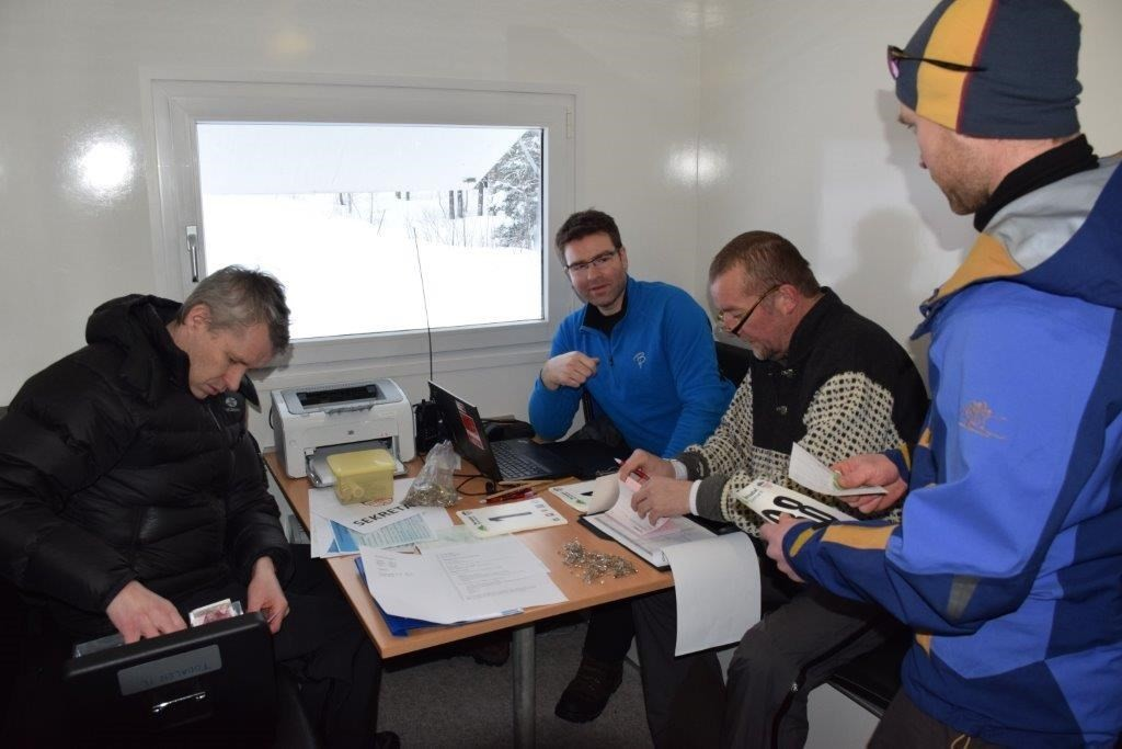 Sekretariatet - Kjetil Sogge, Kristen Bruset og Jostein Bruset - Ivar Bolme leverer mellomtider frå fjellet.